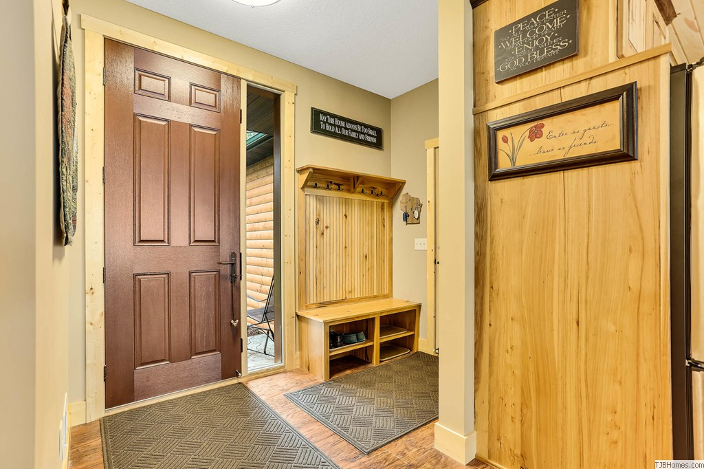 Spacious mud room w plenty of room to handle winter gear